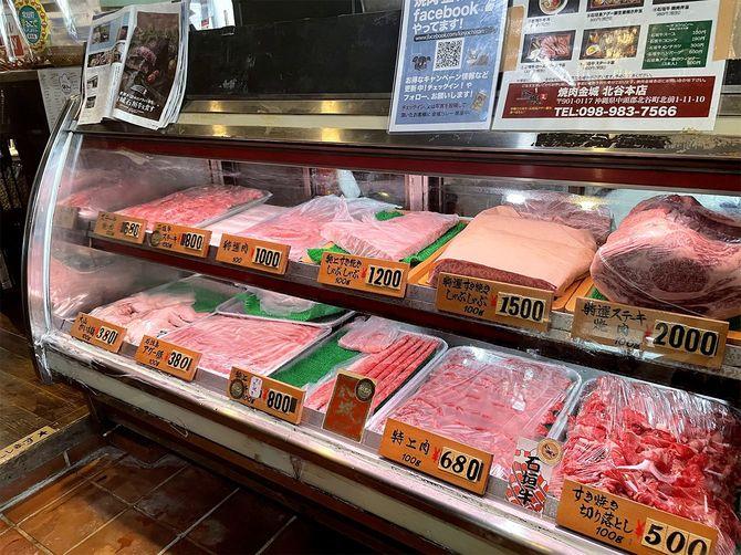 「焼肉金城」北谷本店にある精肉コーナー。巣ごもり需要で地元客の利用が増えているという=3月2日、沖縄県北谷町