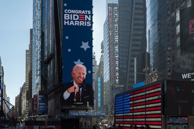 2020年11月9日のマンハッタンのタイムズスクエアに映し出されたジョー・バイデン氏