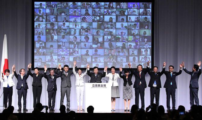 新党「立憲民主党」の結党大会でポーズを取る枝野幸男代表(中央)ら=2020年9月15日、東京都港区