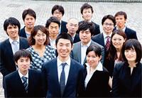 <strong>リビング・イン・ピース代表 慎 泰俊</strong>●1981年生まれ。現在、大手米系金融機関にて財務モデルの作成・分析等に従事。2007年10月Living in Peaceを設立。(前列左から2番目)