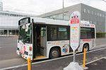 空知川に沿って延びる赤平市内を1日7便運行するお買い物バス。会員であれば運賃は無料だ。始発便は隣接する市立病院の受け付け開始時間の午前8時30分に合わせて到着するため、マイカーを持っていない高齢者の利用が多い。