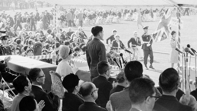 1964年11月8日、東京パラリンピック開会式にて、参加22カ国約560人の選手役員が「上を向いて歩こう」のマーチにのって名誉総裁の皇太子さまの前を入場行進(東京・代々木)
