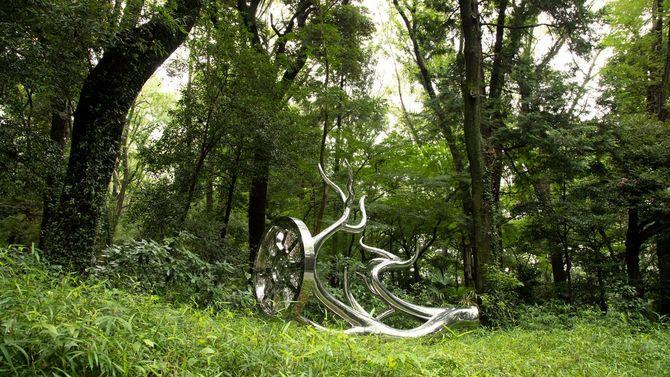 明治神宮鎮座100年祭を祝う「神宮の杜芸術祝祭」の野外彫刻展で公開されている松山の作品、〈Wheels of Fortune〉。鹿の角と車輪を組み合わせた。