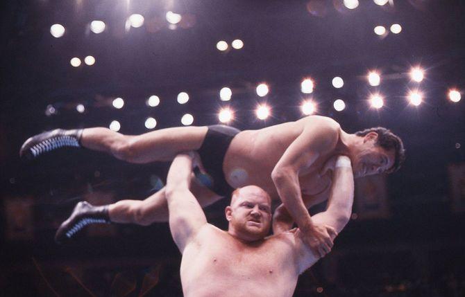 デビュー戦となった両国国技館での試合で、アントニを猪木を持ち上げるベイダー(1987年12月27日)