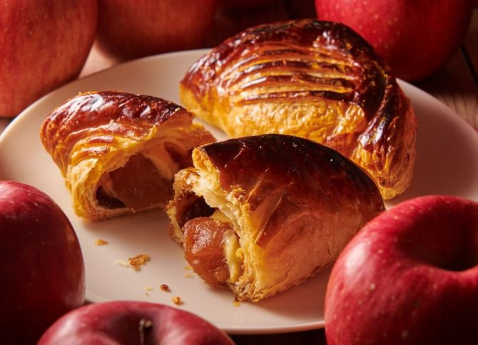 青森県産ふじりんご使用アップルパイ(370円+税)。YATSUDOKIでは一番人気だという