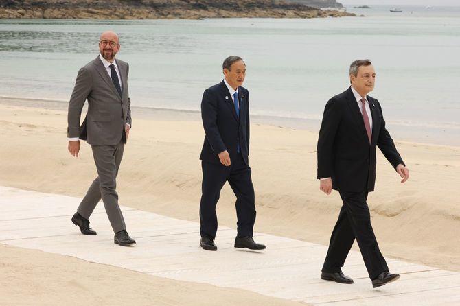 G7サミットで記念撮影に臨む菅義偉首相(中央)。右はドラギ伊首相、左はミッシェルEU大統領=2021年6月11日、イギリス・コーンウォール