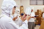 食品を扱う工場だけに、従業員は全員帽子、マスク、白衣を着用。お互いの服装チェックで締めくくる。