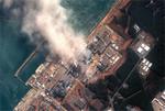 地震と津波によって想定外の事故を起こし、白煙を上げる、東京電力福島第一原子力発電所。(DigitalGlobe/Getty Images=写真)