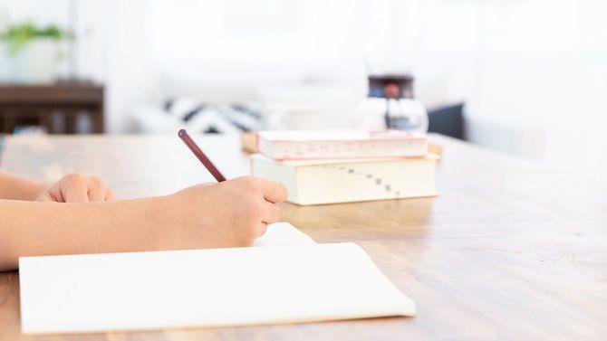 勉強する女の子の手