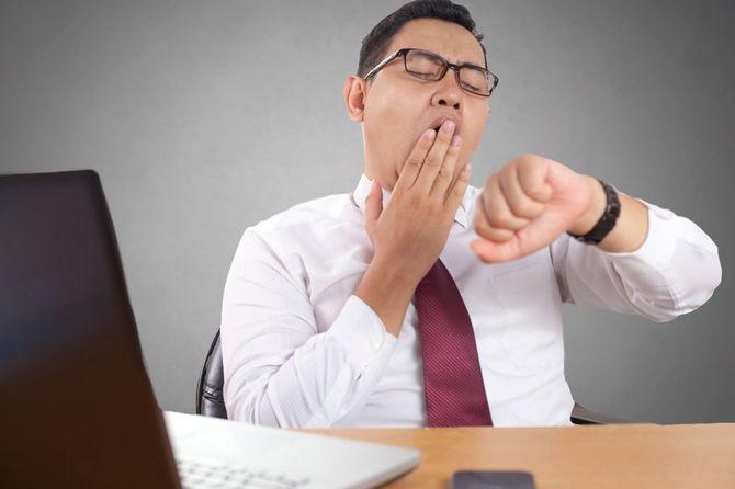 あくびをするアジア系ビジネスマン