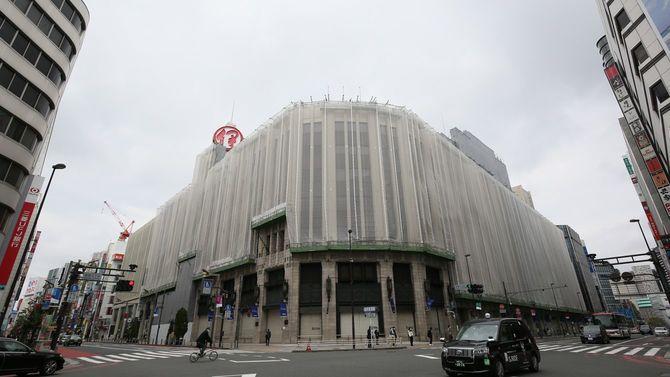 新型コロナウイルス感染者の増加に伴う外出自粛を受け、土曜日と日曜日を臨時休業している商業施設「伊勢丹新宿店(中央)」と人通りの少ない新宿三丁目交差点=2020年4月5日、東京都新宿区