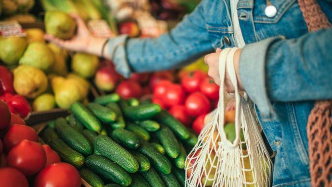 市場での野菜や果物の買い物に再利用可能な袋