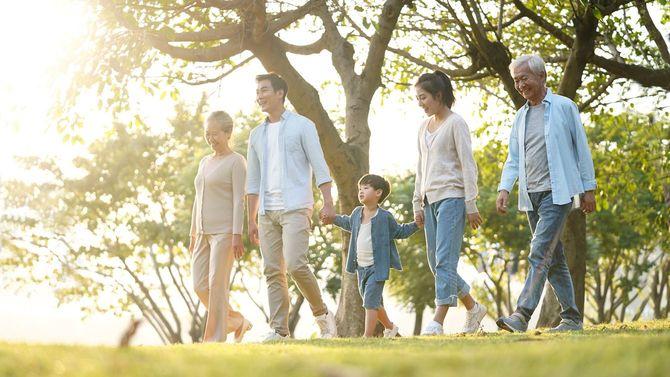 散歩する3世代の家族