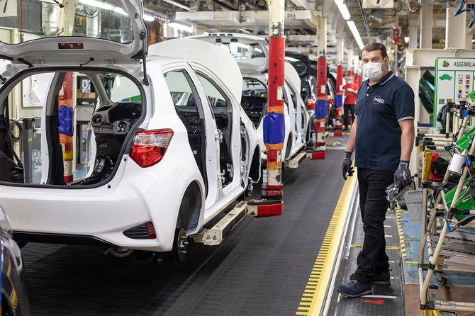 2020年、4月29日、フランス・ヴァランシエンヌのトヨタ工場でフェイスマスクを着用した作業員が作業を行っている。ヴァランシエンヌのトヨタ工場では、4月23日から流行の予防のための取り組みを行い、生産を再開している。