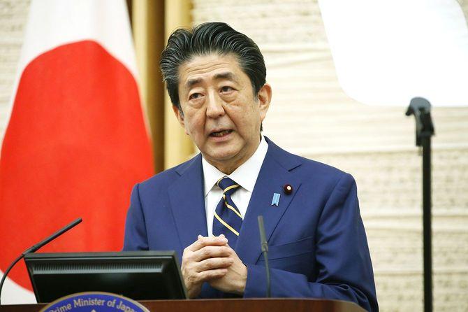 新型コロナウイルスに関する緊急事態宣言を発令し、記者会見する安倍晋三首相