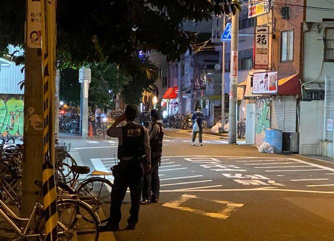 西成では、夜になると多数の警官が巡回をはじめる。