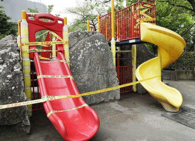 立ち入り禁止のテープが巻かれた公園の遊具=2020年4月21日、東京都荒川区