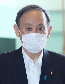 首相官邸に入る菅義偉首相