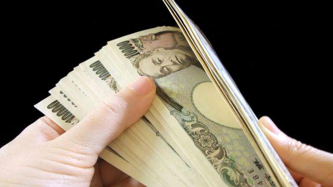一万円札を数える手元
