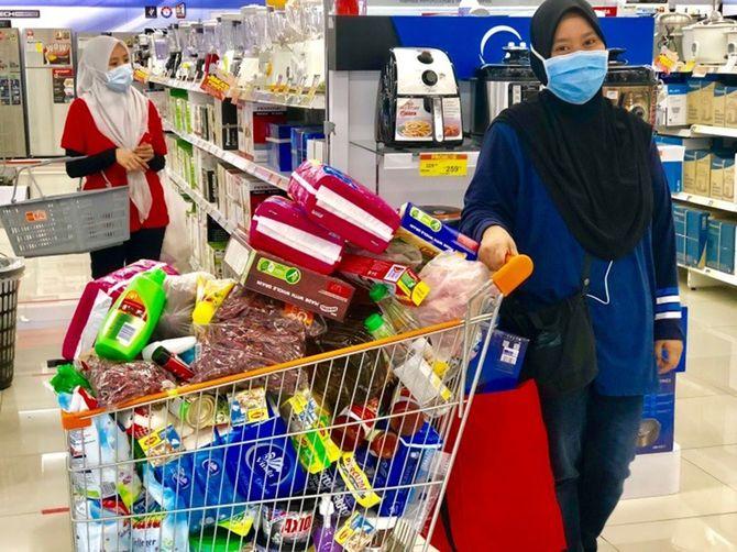首都クアラルンプールのスーパーで、マスクを付けて買い出しに来ていた女性。共働きが多いマレーシアだが、家庭の必需品は女性が買う姿が目立つ