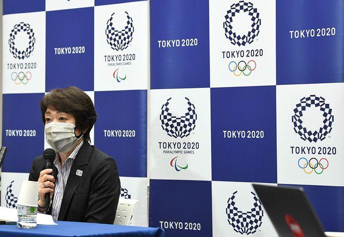 記者会見する東京五輪・パラリンピック組織委員会の橋本聖子会長