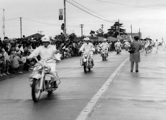 1964年東京五輪でメグロ「K1」を駆って聖火リレーを先導する白バイ隊員たち