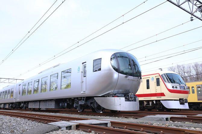 報道陣に公開された西武鉄道の新型特急車両「Laview(ラビュー)」(手前)。奥は現行の「レッドアロー」