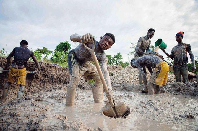 カカオ農園で違法金採掘をしているガーナの人々。カカオ豆の栽培では生活がままならない人もいる(2018年5月、筆者撮影)。