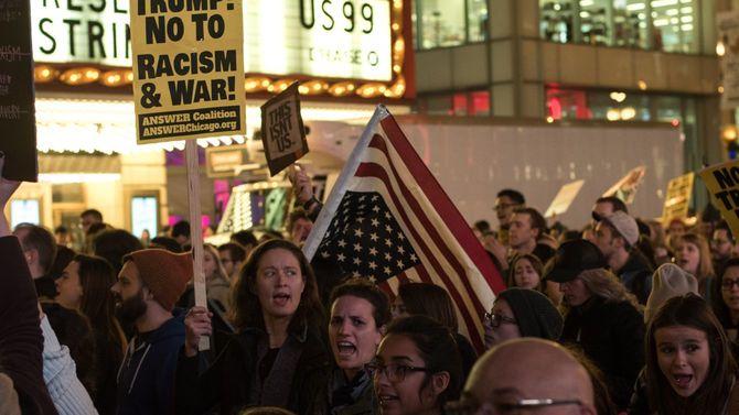 2016年11月、トランプ氏が大統領選挙に勝利したことを受け、シカゴで抗議デモをする人たち