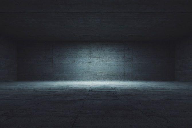 暗いコンクリート室