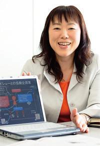 <strong>NEC 佐久間玲子</strong>●CSR推進本部。1963年生まれ。CSRおよび社会貢献ウェブサイトの企画・制作を担当しながらボランティアで「ビッグイシュー」のメール販売員をサポートしている。