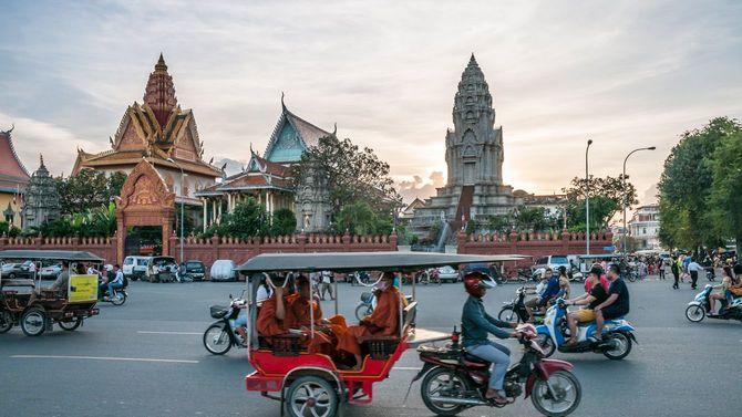 夕暮れ時のカンボジア・プノンペンで道路が混雑する様子