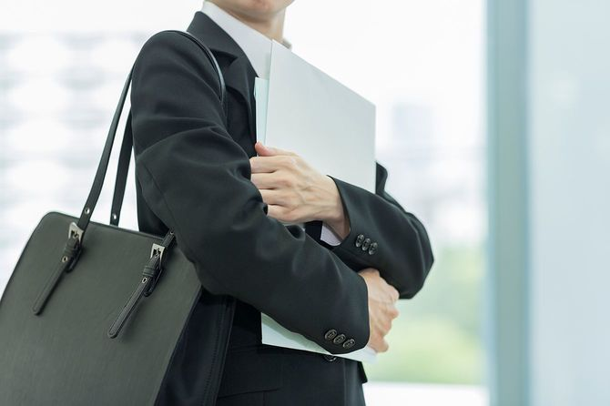 ファイルを抱える女性