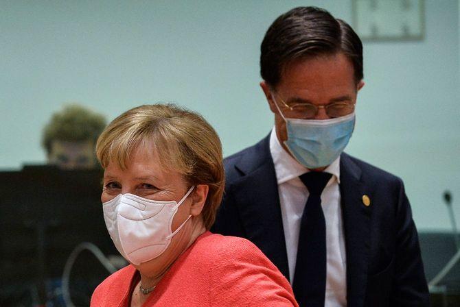 ブリュッセルで開かれた欧州連合(EU)首脳会議で、ドイツのアンゲラ・メルケル首相(左)とオランダのマルク・ルッテ首相