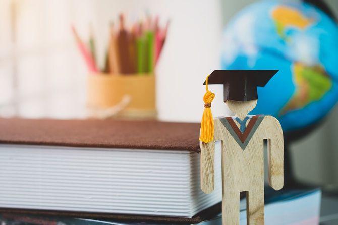 国際的な大学生の勉強イメージ