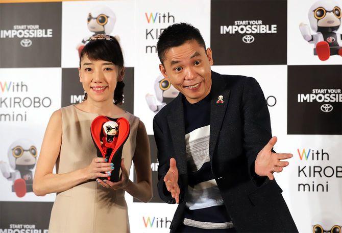 2017年11月22日(水)、東京都内で行われた日本の自動車大手トヨタ自動車のコミュニケーションロボット「きいろぼミニ」の発表会で、日本のお笑い芸人の太田光さんと妻の光代さん(左)が記念撮影を行った。