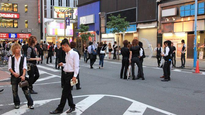 歌舞伎町の路上で集まり、客を物色するホストのグループ