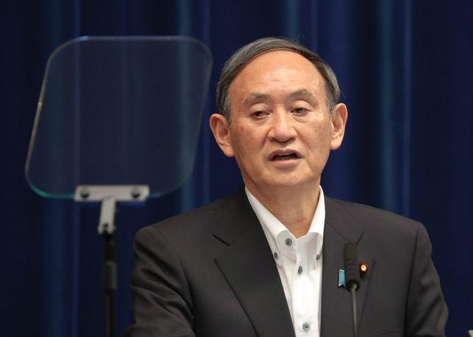 緊急事態宣言の延長などを決め、記者会見する菅義偉首相=2021年5月7日、首相官邸