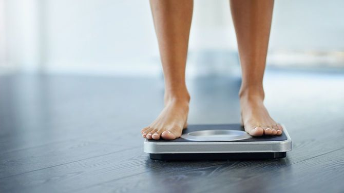 体重計に乗る女性の足元