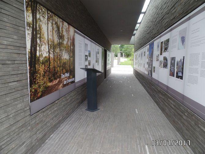 筆者が訪れた時の「記憶の森」。人里離れたところにひっそりとある印象で、150m続く道のスタート地点には海外に展開している基地が紹介されている。