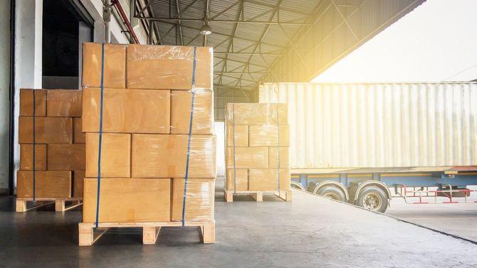 倉庫の入り口で積み込みを待つ荷