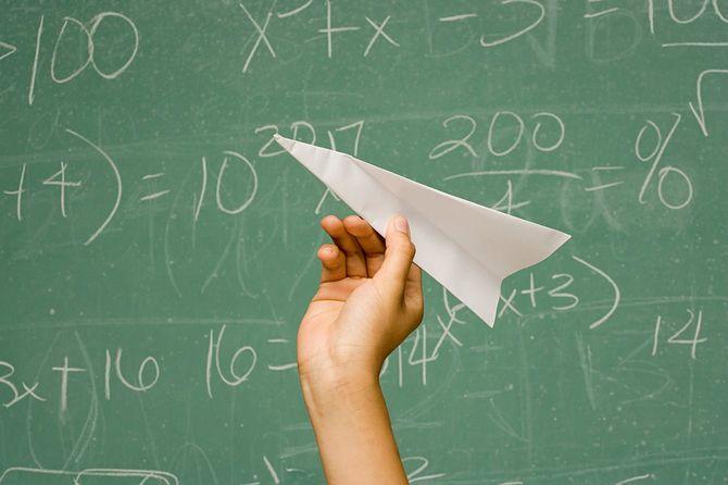 学生に、紙飛行機の動作