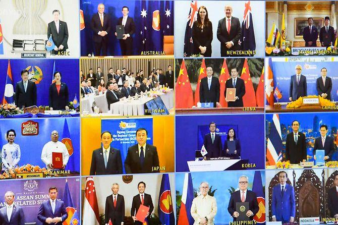 ベトナムが議長国となってオンラインで開催された東アジア地域包括的経済連携(RCEP)首脳会議での、各国首脳によるRCEP協定署名式(2020年11月15日)