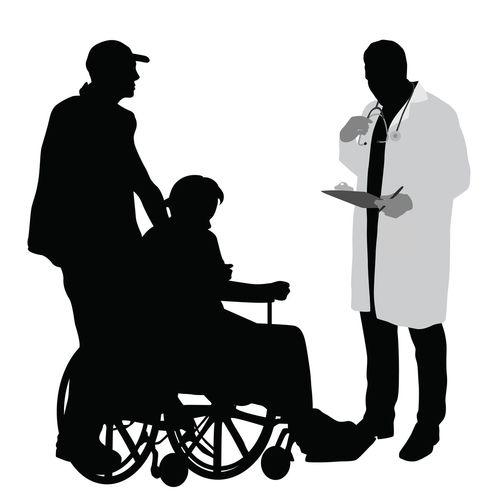 車いすに乗った高齢者と介護する男性が医師と会話している