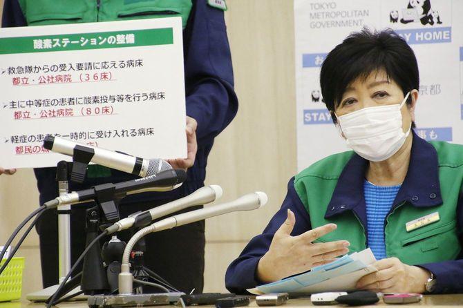 8月17日に開かれた東京都新型コロナウイルス対策本部会議の終了後、記者団の取材に応じる小池百合子知事