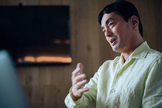 インタビューに答えるメルカリ創業者でCEOの山田進太郎氏