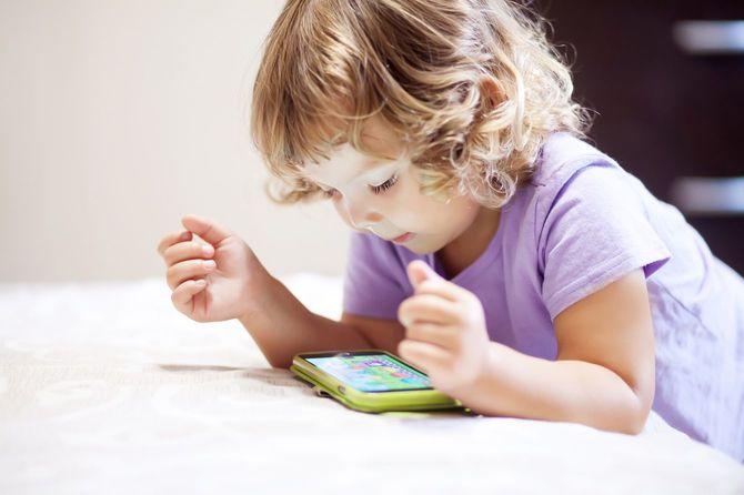 スマートフォンで遊ぶかわいい女の子