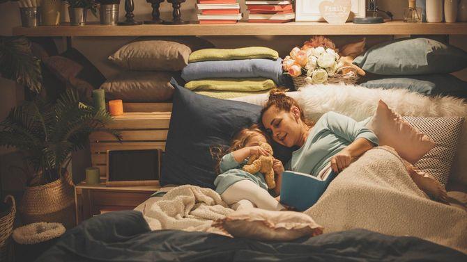 娘に読み聞かせする母親