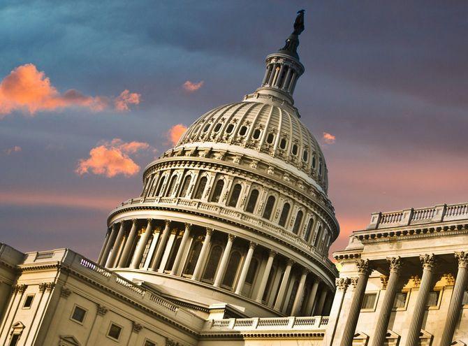 斜めのアングルのアメリカ合衆国議会議事堂