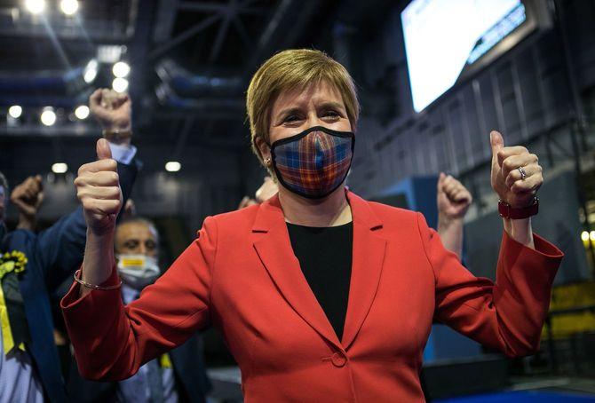 2021年5月7日、英スコットランド民族党(SNP)の議席獲得を喜ぶニコラ・スタージョン党首(イギリス・グラスゴー)